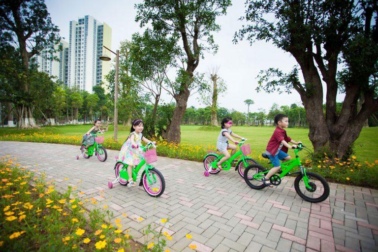 Trẻ em vui chơi ở công viên xanh Flora Fuji